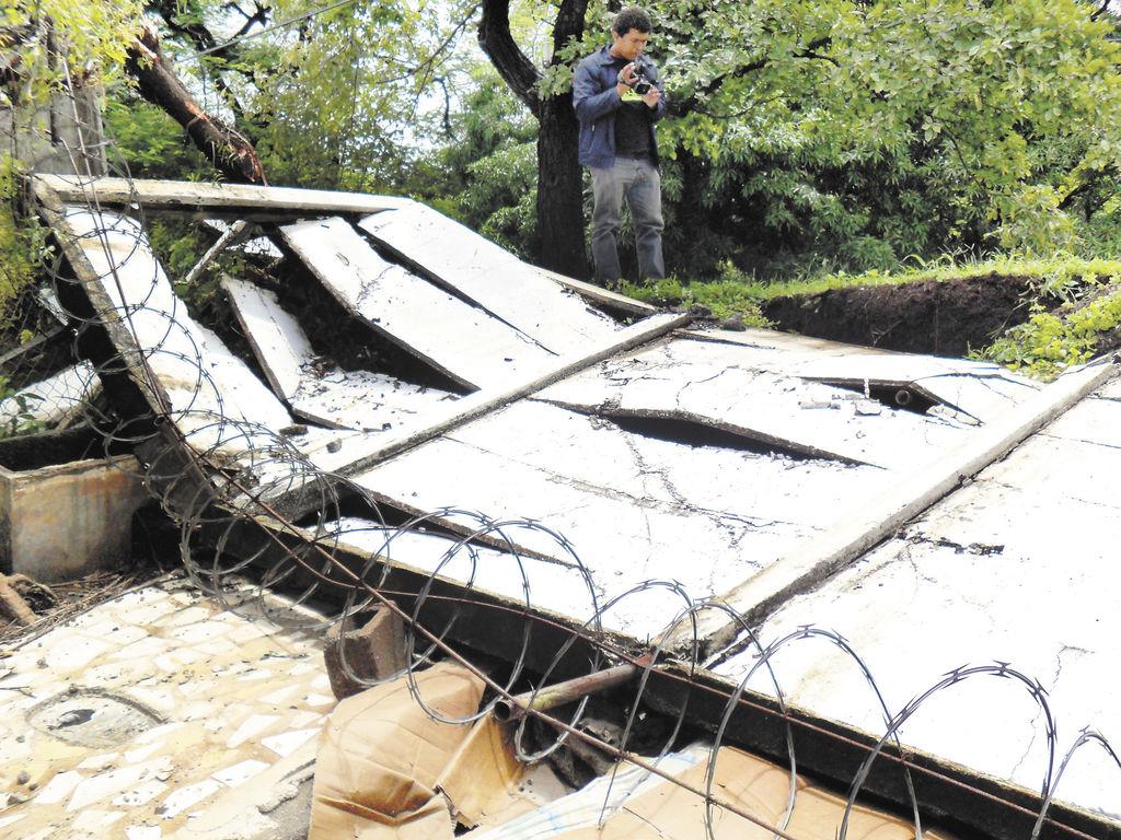 El muro del centro Paebanic  se desplomó ayer por la lluvia. LA PRENSA/ M. CUADR