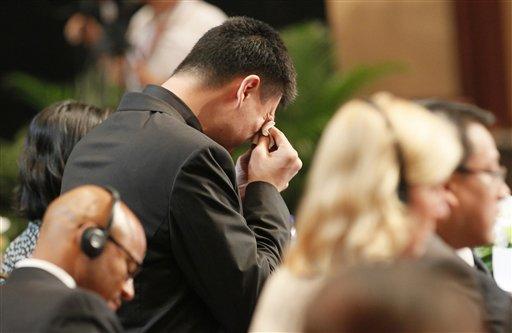 Yao Ming (centro) no pudo evitar llorar durante al anuncio de su despedida de la NBA este miércoles en China. LA PRENSA/AP / Eugene Hoshiko
