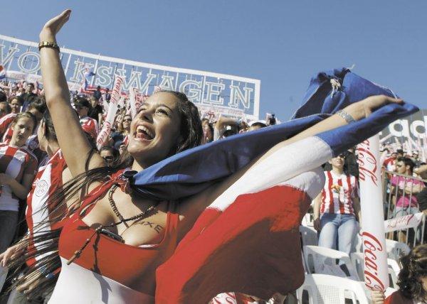 El año pasado, durante el desarrollo de la Copa Mundial de Sudáfrica, Larissa Riquelme causó sensación. LA PRENSA/AP/ARCHIVO
