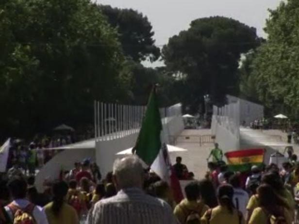 Cientos de peregrinos de todo el mundo aclaman al Papa en Madrid