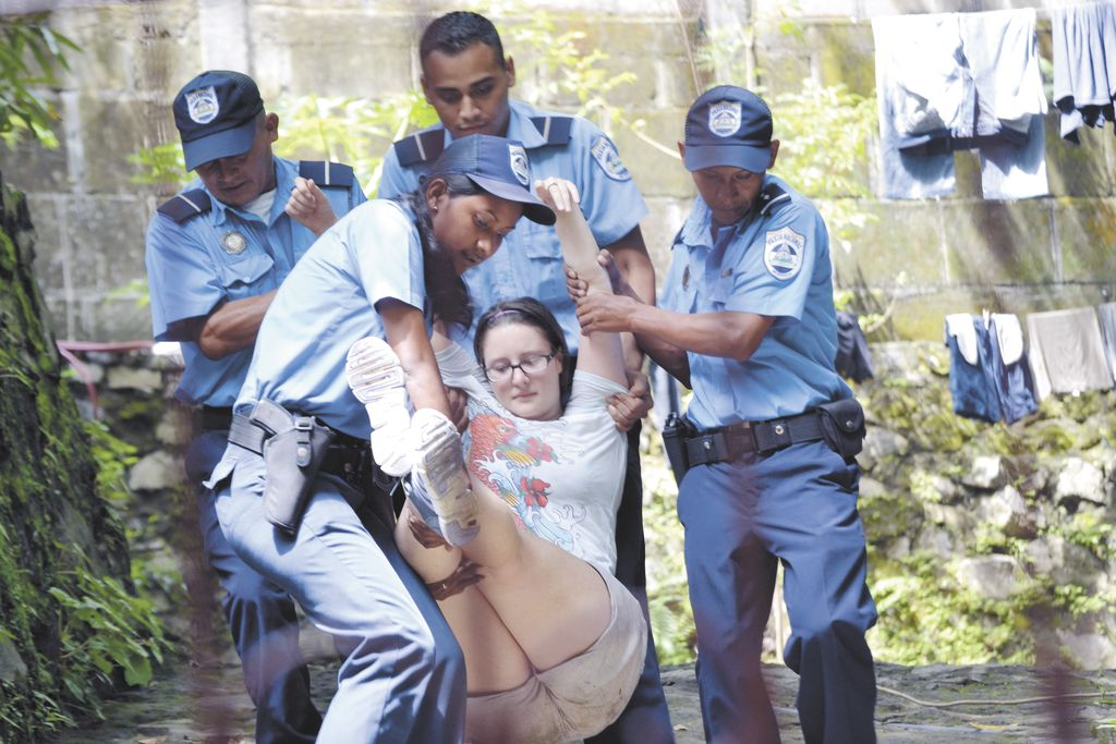 Norteamericanos desalojados por Policía