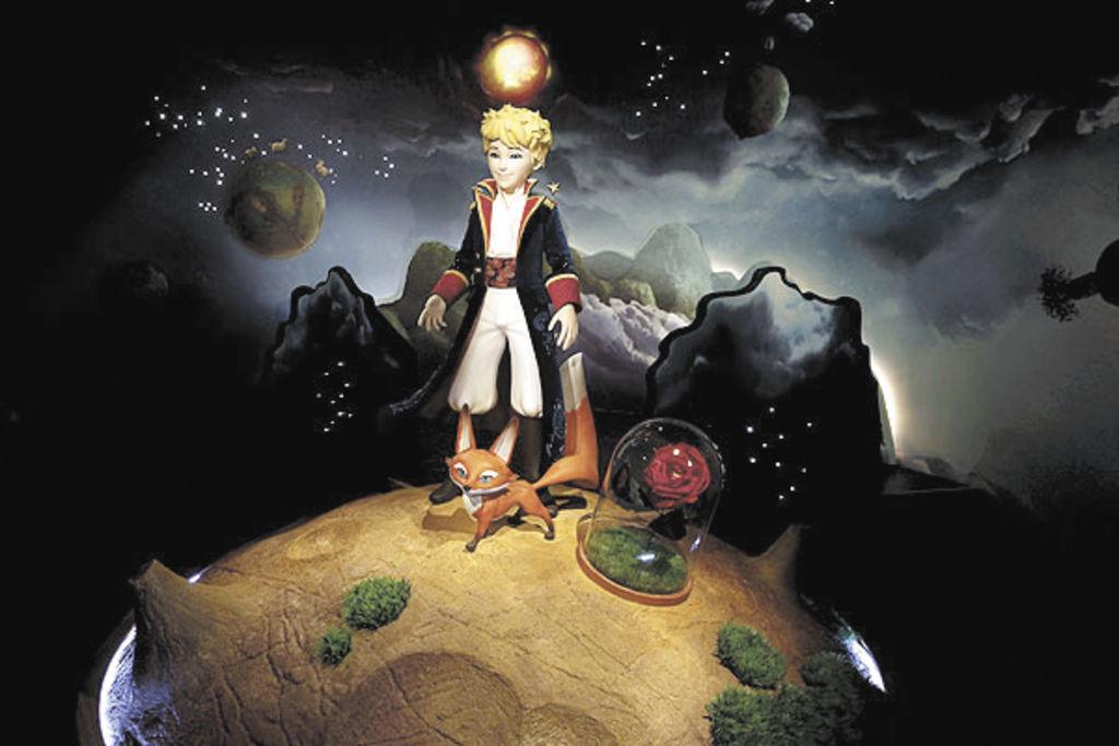Tras 257 traducciones en el mundo, El Principito, el entrañable viajero que pasea por los mundos del planeta, creado por el escritor francés Antoine de Saint-Exupéry, entró el miércoles en el museo de cera de París, acompañado de su zorro y su rosa. El pequeño aventurero fue instalado en el museo Grevin en un acto en presencia de Olivier d'Agay, sobrino del escritor, que creó al Principito en 1942, dos años antes de su muerte, a los 44 años.