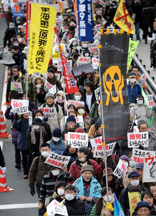 Miles de japoneses se manifiestan contra la energía nuclear
