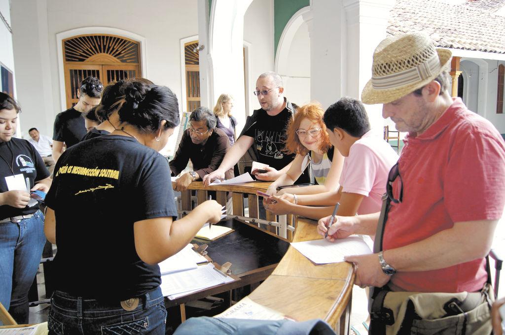 Poetas de diversas  nacionalidades se inscriben para leer  sus creaciones..  La prensa/A. Agüero.