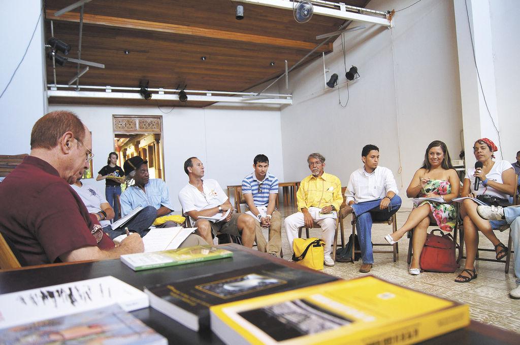 Luis Alberto Ambroggio,  escritor estadounidense durante los talleres de creación literaria.  LA PRENSA/ A. AGÜERO