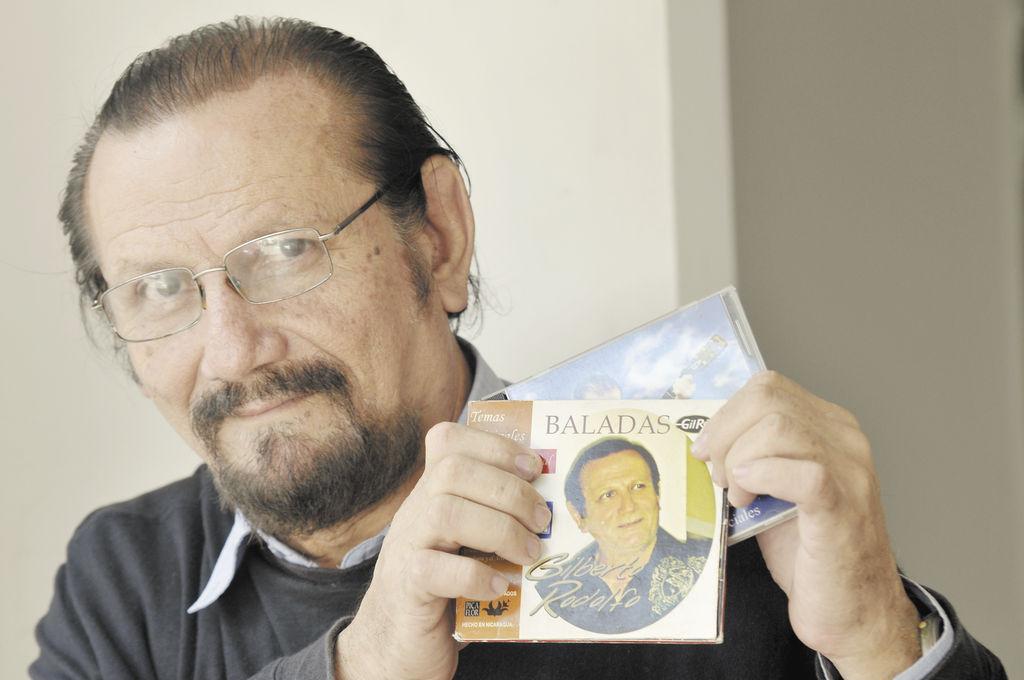 Gilberto Rodolfo,  además de policía, es conocido por sus baladas románticas y su pintura.  La prensa/G. Flores