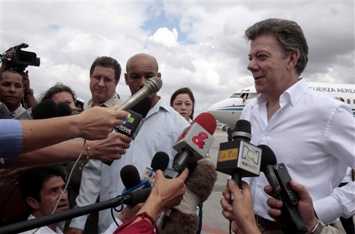 Juan Manuel Santos habla con Raúl Castro en La Habana