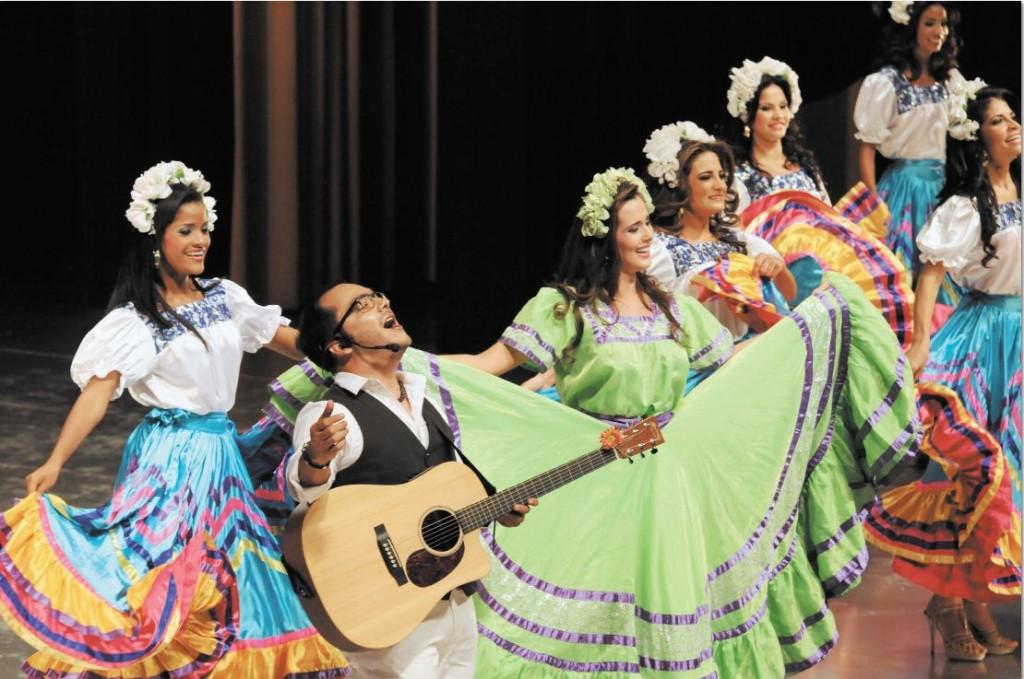 El cantautor nicaragüense Luis Pastor  con las candidatas a Miss Nicaragua 2012. LA PRENSA/OSCAR NAVARRETE