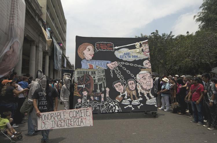 Universitarios encapuchados se burlan del presidente de Guatemala