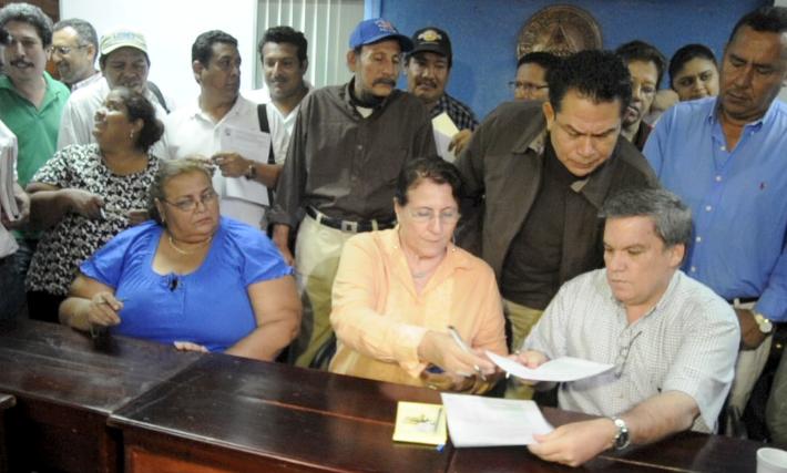 Firman acuerdo de salario mínimo