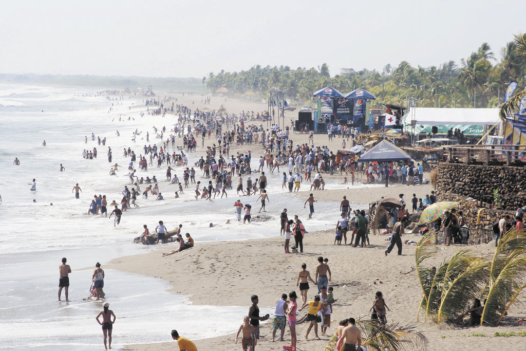 Veraneantes abarrotaron playas del país