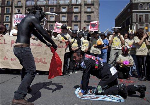 Defensores de los animales protestaron hoy en México contra las corridas de toros. LA PRENSA/ AP / Dieu Nalio Chery