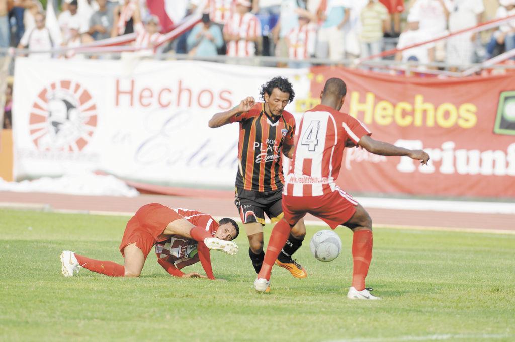 El mediocampista del  Ferreti, Armando Reyes, (centro), dominó el balón para generar jugadas de peligro ante el Real Estelí en la lucha por ganar el duelo. La Prensa / H. Esquivel