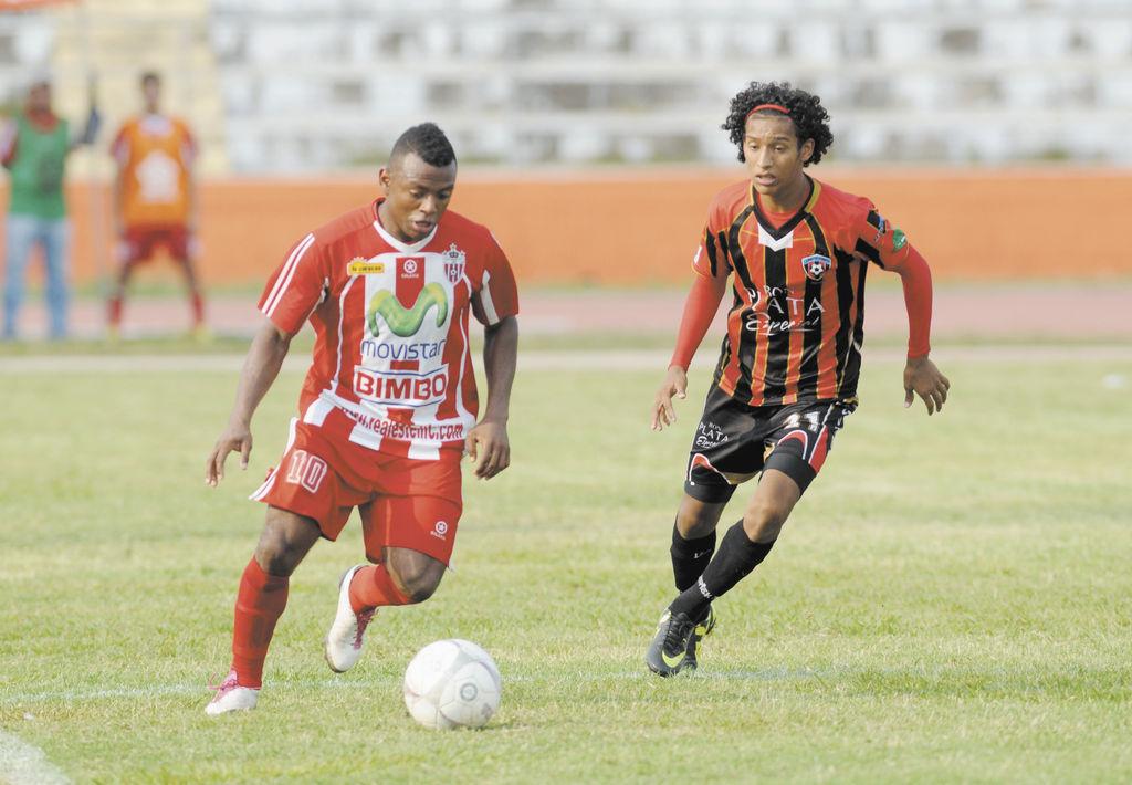 Samuel Wilson (Izqda.),  delantero del  Estelí, logró el gol del empate. La Prensa / H. Esquivel