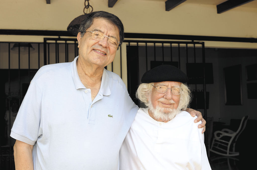 El sorprendido y sonriente poeta Ernesto Cardenal, ganador del galardón Iberoamericano de Poesía, recibe la primera felicitación de su amigo el escritor Sergio Ramírez. LA PRENSA/CARLOS HERRERA