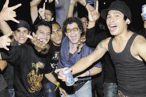 La Baca Loca junto a otros fanáticos durante el concierto.