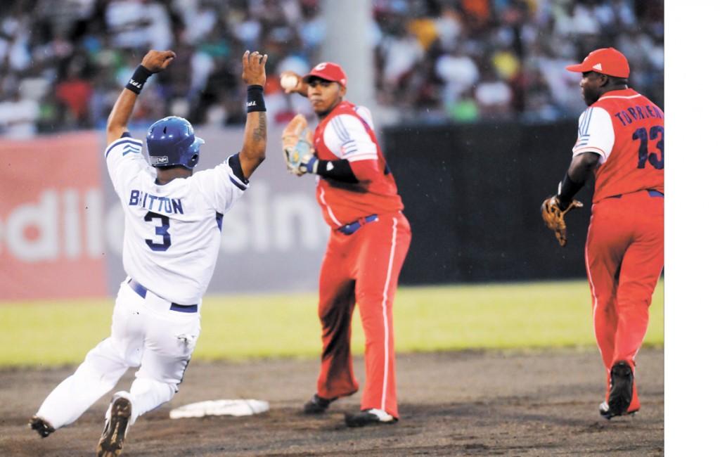 El infield cubano hizo una jugada  de doble play en la segunda entrada. LA PRENSA/G. MIRANDA