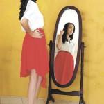 Este conjunto es la prueba perfecta de que una blusa transparente se puede combinar perfectamente con una falda igual. Lo importante es el uso del color y el estilo de las prensas. Un accesorio importante es una faja.