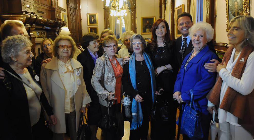 Luis Miguel se cruza con Abuelas de Plaza de Mayo en Argentina