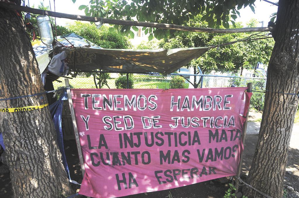 Desterrados de sus hogares por sentencia judicial,  siete familias comían salteado en la champa donde se alojaron en demanda de justicia. LA PRENSA/O. Navarrete