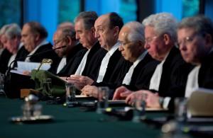 El juez Tomka lee el veredicto del tribunal dictado en el caso de Nicaragua contra Colombia por la propiedad de una cadena de islas y cayos frente a la costa del Caribe de Nicaragua, la Corte Internacional de Justicia de La Haya. LA PRENSA/AP/Peter Dejong