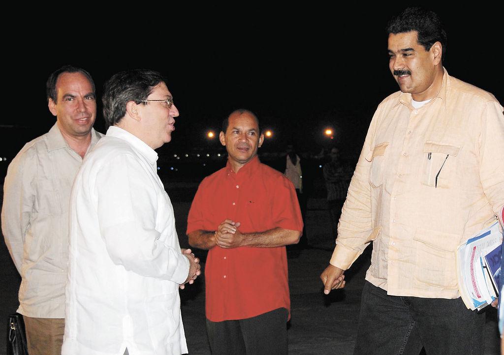 El vicepresidente venezolano, Nicolás Maduro,  fue recibido el sábado en el aeropuerto de La Habana por el  canciller cubano Bruno Rodríguez (de blanco). Maduro viajó repentinamente a La Habana para conocer el estado de salud del mandatario Hugo