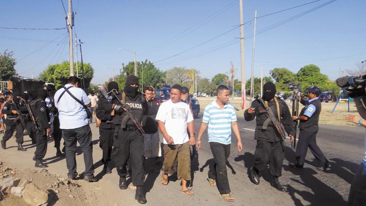 Familia   cae en redada policial