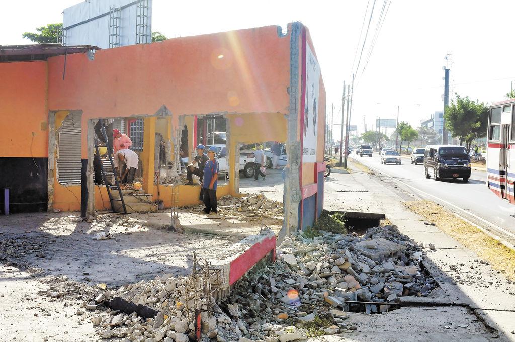 Siguen derrumbando muros en Carretera a Masaya
