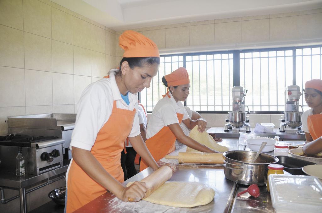 La misión del Centro Social Vega Baja  es ofrecer formación integral, poniendo énfasis en la formación de la mujer. LA PRENSA/ CORTESÍA
