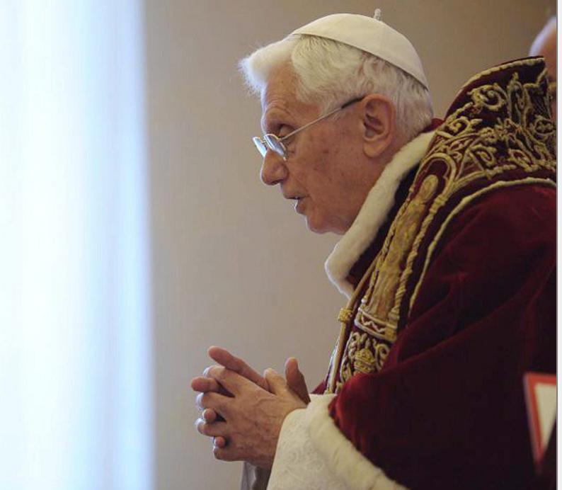 """Benedicto XVI """"se está apagando lentamente"""", según su secretario"""