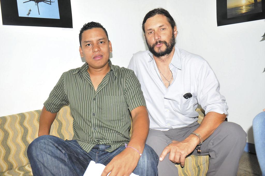 Rodrigo García Píngaro (Dcha.),  biólogo experto en cetáceos y Rafael Estrada (Izq.) parte del proyecto de avistamiento turístico. LA PRENSA/ G. MIRANDA