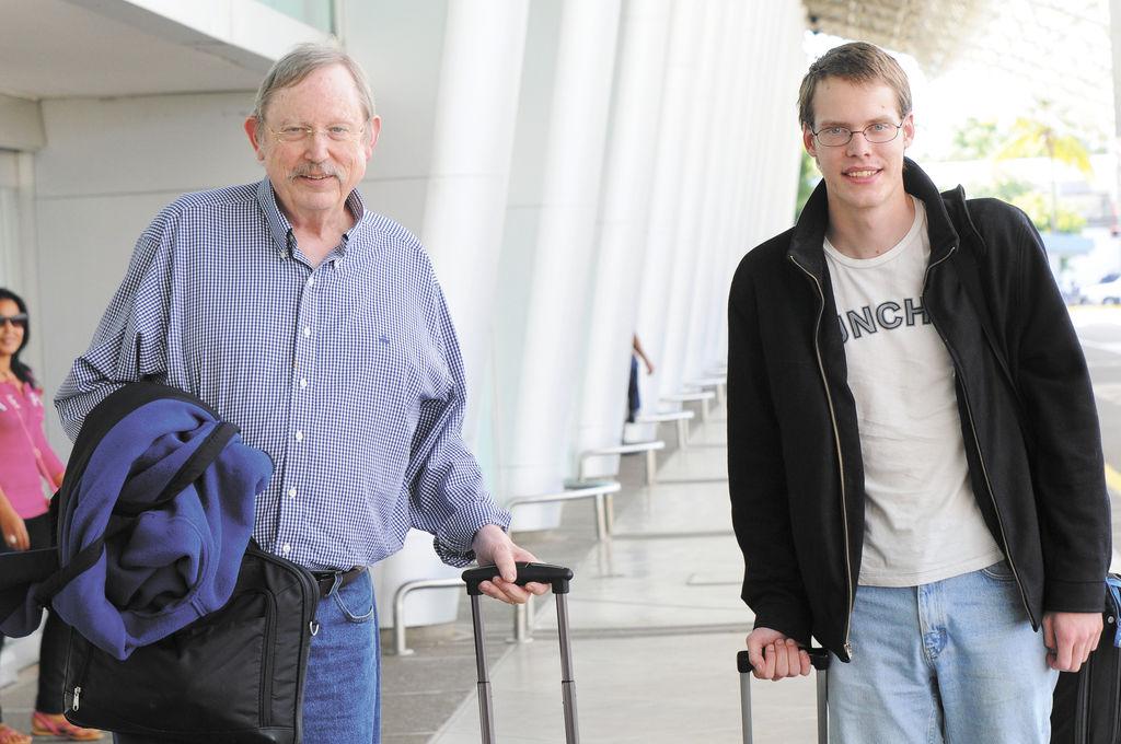 Patrick Miller, del IASC y su estudiante y colaborador Matthew Davis, ambos con estudios en matemáticas y astronomía.  LA PRENSA/ G. FLORES