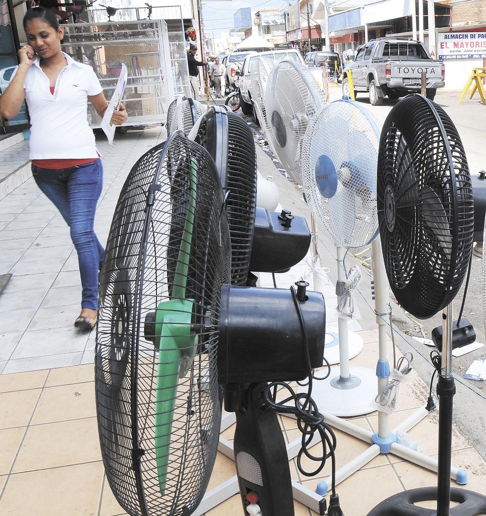 La oferta de artefactos,  para evitar el intenso calor de esta temporada, ya es visible en las calles.     LA PRENSA/GUILLERMO FLORES