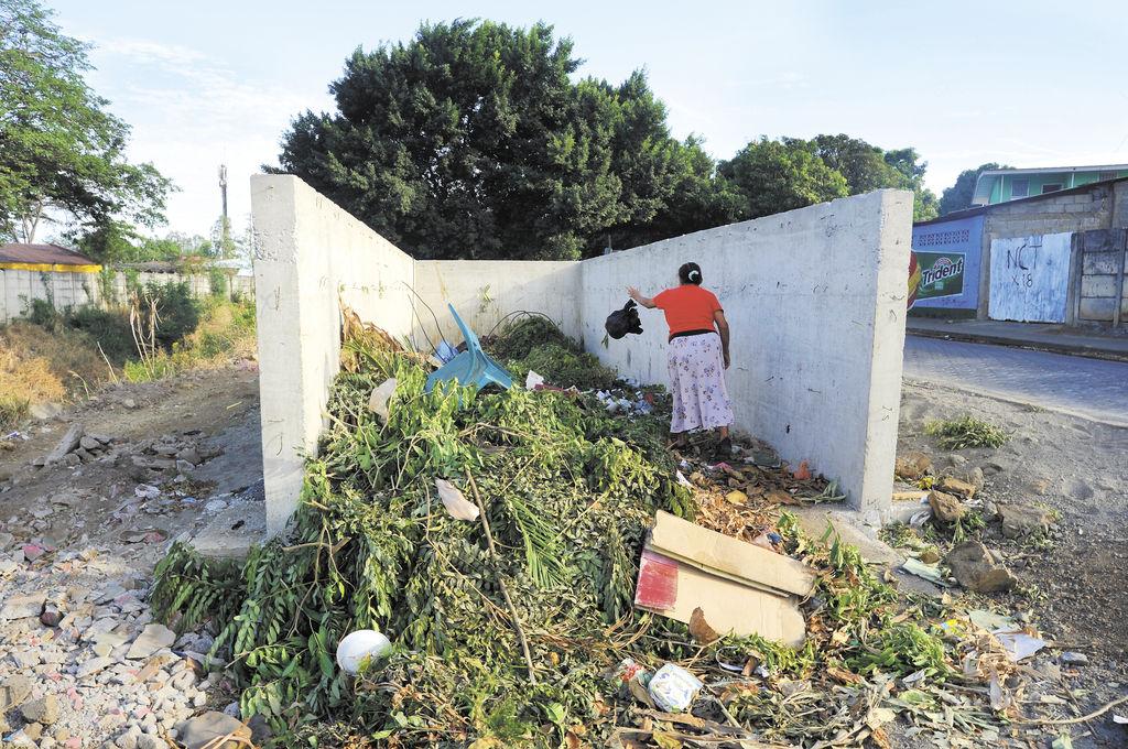 Los basureros de concreto  son utilizados por los pobladores cuando los camiones de basura no llegan al barrio con regularidad. LA PRENSA/ J. TORRES
