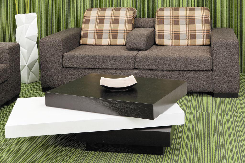 Los muebles pueden perfectamente decorarse a rayas, lo ideal es que las superficies de las paredes tengan un solo tono que combine con el color predominante del rayado.