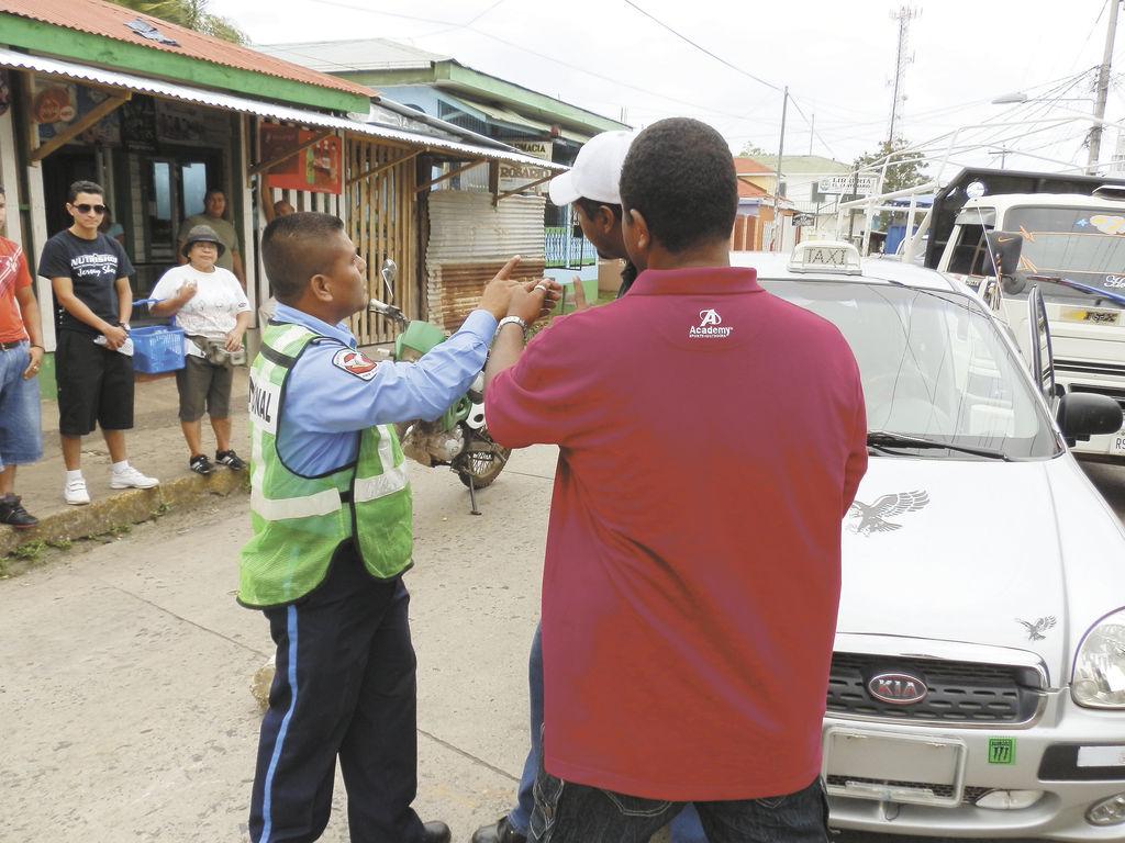 La Policía de Bluefields  puso  el orden durante el paro.  Al menos dos vehículos particulares sufrieron ponchaduras de sus llantas. LA PRENSA/S.LEÓN