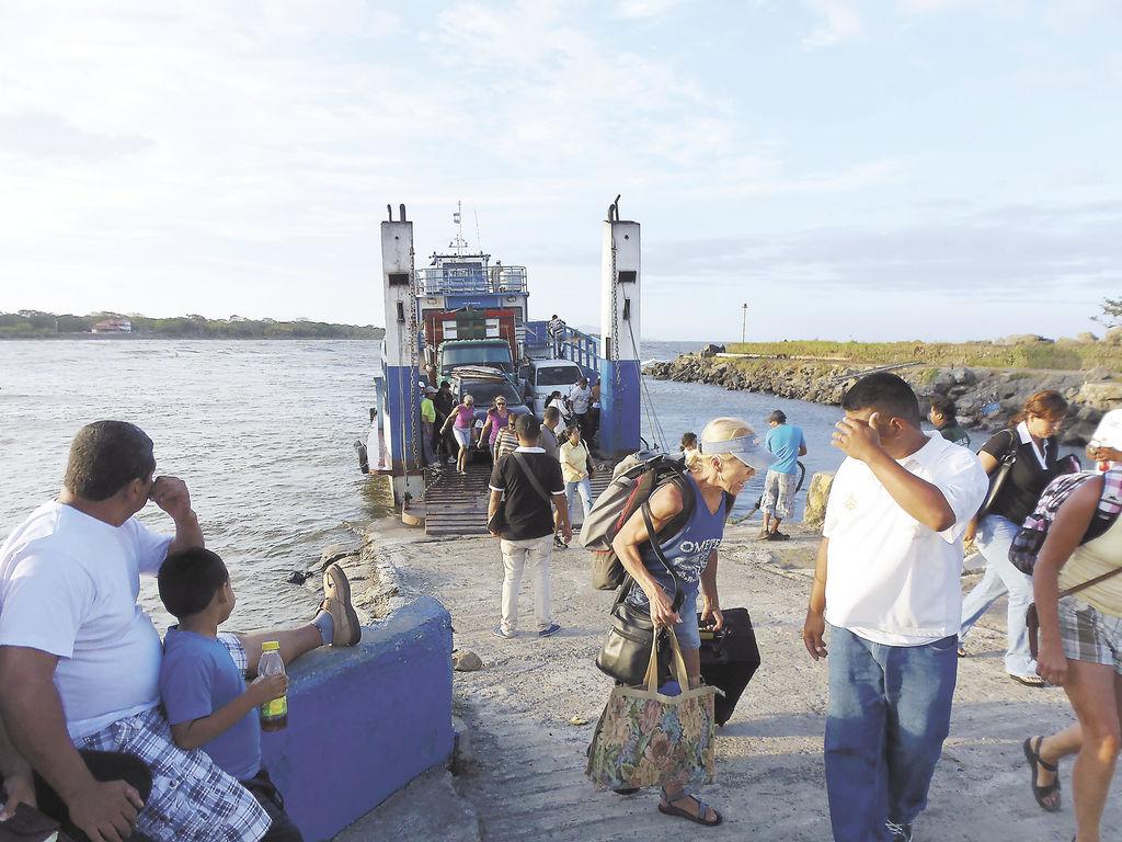 Dueños de embarcaciones grandes ya reportan pérdidas  porque han quedado embancados al llegar al muelle de San Jorge. LA PRENSA/R.VILLARREAL