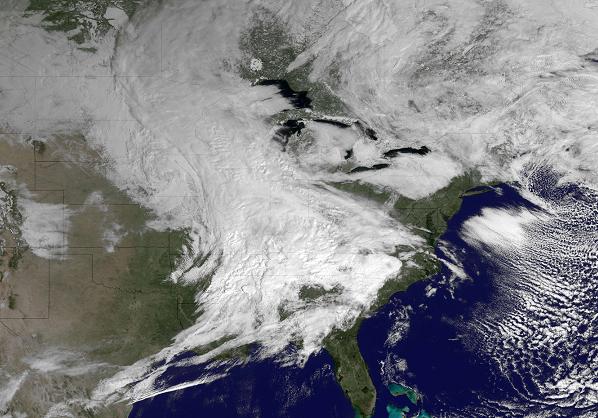 Una enorme tormentan invernal azota la costa este de Estados Unidos, impidiendo el despegue de más de mil vuelos. LA PRENSA/AFP/NOAA