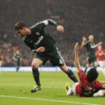 El defensa del Real Madrid, Sergio Ramos (i) despeja un balón junto al defensa brasileño Rafael (d) del Manchester United durante el partido de vuelta de los octavos de final de la Liga de Campeones disputado en el estadio Old Trafford en Manchester, Reino Unido. LA PRENSA/EFE