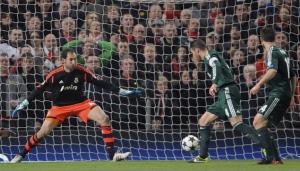 El defensa del Real Madrid, Sergio Ramos (2d), se marca un gol en propia puerta. LA PRENSA/EFE