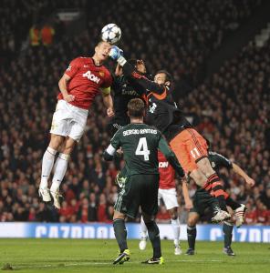 El portero del Real Madrid, Diego Lopez (d) despeja un balón junto al defensa serbio Nemanja Vidic (i) del Manchester United durante el partido de vuelta. LA PRENSA/EFE
