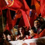 Un grupo de personas grita consignas en favor del fallecido presidente venezolano, Hugo Chávez, frente a la embajada de Venezuela, en Santiago de Chile. LA PRENSA/EFE/Felipe Trueba