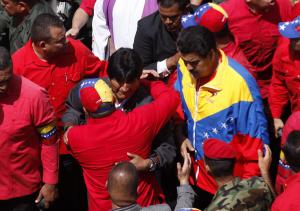 El presidente boliviano, Evo Morales, y el vicepresidente venezolano Nicolás Maduro, encabezan el cortejo fúnebre de Hugo Chávez. LA PRENSA/EFE