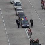 El féretro del fallecido presidente venezolano Hugo Chávez es trasladado por un coche fúnebre desde la Academia Militar hasta el Cuartel de la Montaña en Caracas. El féretro fue sacado por miembros de la caballería vestidos de husares al patio militar, donde recibió honores con más de mil cadetes formados antes de comenzar un recorrido por la ciudad hasta el Cuartel de la Montaña, donde permanecerán los restos del gobernante hasta encontrar sepultura definitiva. LA PRENSA/EFE/ David Fernández