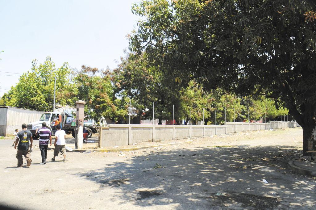Trabajadores de la municipalidad  levantan el muro perimetral del nuevo depósito vehicular, frente al Estadio Denis Martínez. LA PRENSA/U. MOLINA
