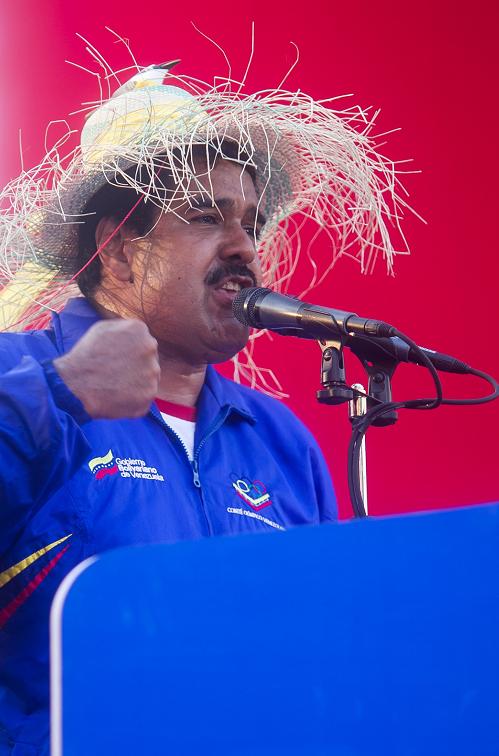 Maduro aparece con un sombrero y un pajarito