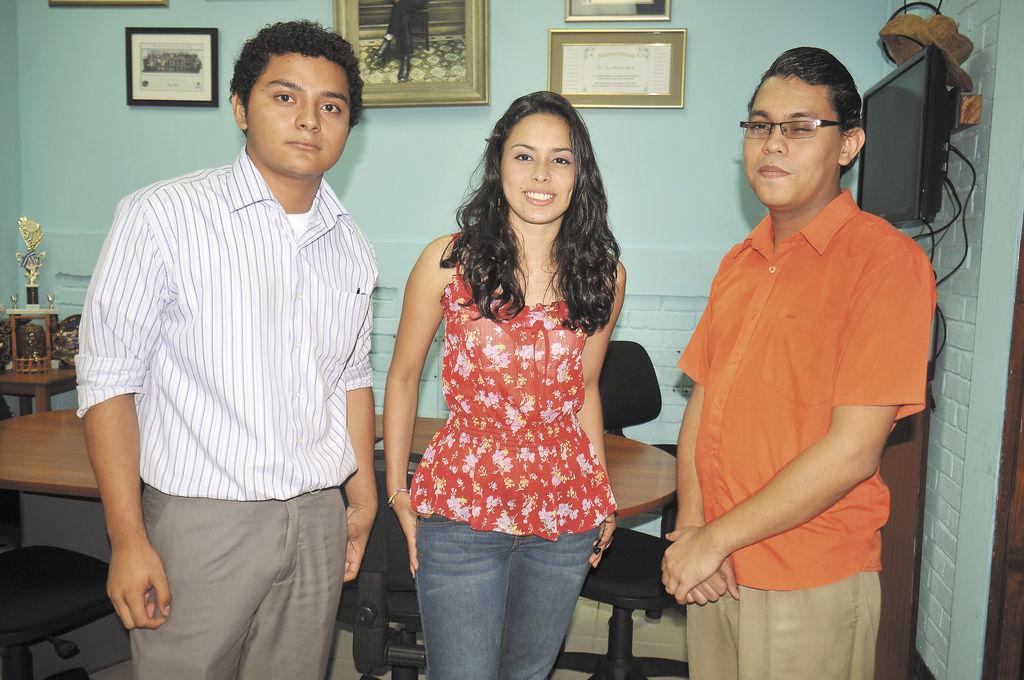 Jerson Tijerino (Izquierda) y Claudia Reynoza, ganadores del concurso de oratoria de Derechos Humanos. LA PRENSA/GERMAN MIRANDA