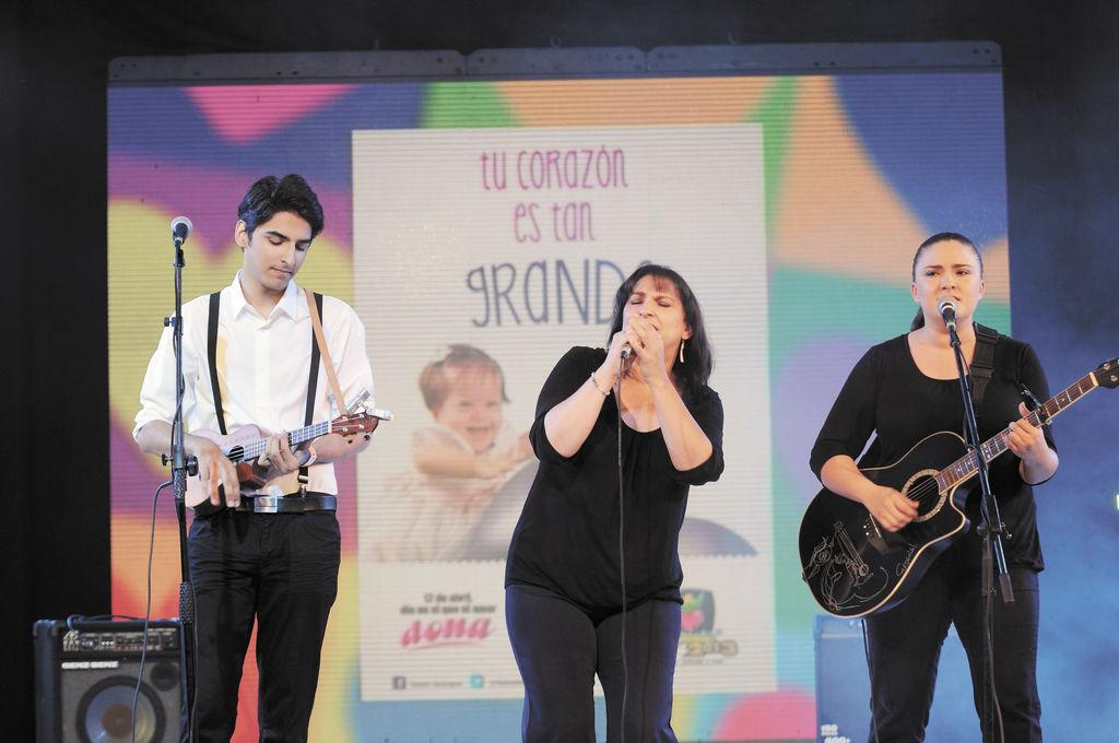 En una de las ocasiones que han compartido escenario con su madre. Sebastián, Katia y Nina Cardenal la noche del Teletón 2013. LA PRENSA/ARCHIVO