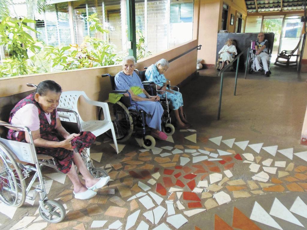 Hogar de ancianos enfrenta penurias la prensa for Sillas para viejitos