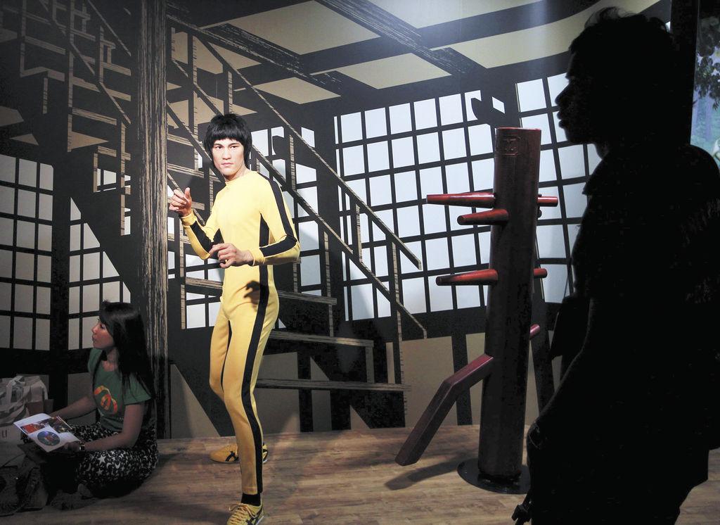 Una periodista pasa delante de la figura de cera del actor hongkonés Bruce Lee  durante la presentación a la prensa del nuevo museo Madame Tussauds de Bangkok (Tailandia).  LA PRENSA/EFE/Rungroj Yongrit